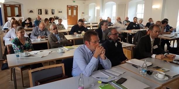Rund 40 Tagungsgäste diskutieren in unterschiedlichen Arbeitsgruppen über die Weiterentwicklung des Sozialstaats, die Finanzierbarkeit eines Grundeinkommens und die Auswirkungen auf den Arbeitsmarkt. Foto: (c) Claudia Wohlbür/EAT.