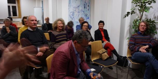 Das Publikum spendet am Ende der Lesung und des Gesprächs herzlichen Applaus. Foto: © EAT