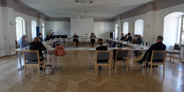 Kuratoriumssitzung unter besonderen Bedingungen: Mit Mundschutz und viel Abstand im großen Chorsaal des Zinzendorfhauses. Foto: (c) EAT