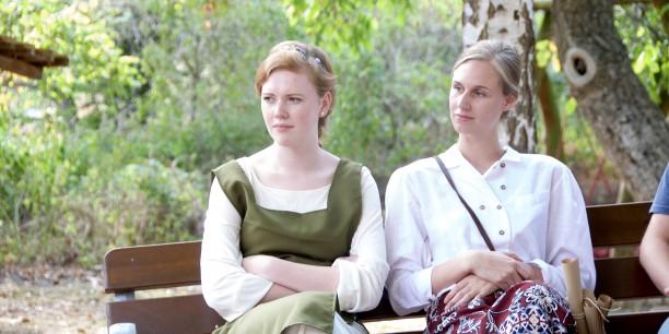 Ella Appelboom alias Claudia Wohlbür (links) gestaltete die Zukunft von Tiamast als Schankmaid der Taverne im Südentor mit. Foto: ©EAT