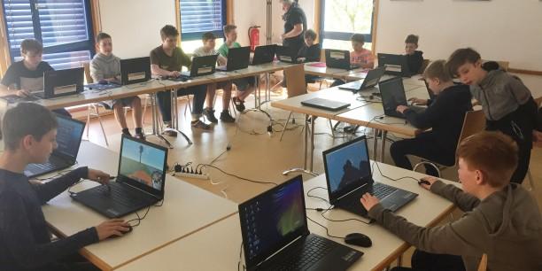 Am Computer gestalteten die Teilnehmenden Minecraft-Welten mit Maschinen und Gebäuden. Foto: © EAT