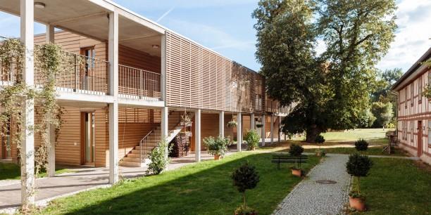 Symbiose von Alt und Neu: Die Gästehäuser des Zinzendorfhauses setzen architektonische Akzente hinter dem historischen Tagungshaus.