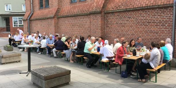 Nach dem Gottesdienst traf sich die Handwerks-Gemeinde zum Kirchenkaffee auf dem Kirchhof der Kath. Pfarrei St. Marien. Foto: © Holger Lemme/EAT