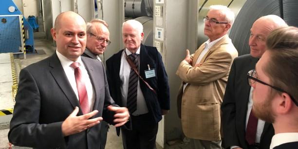 Interessiert verfolgten die Gäste des Gemeinsamen Empfangs von AEU und EKM den Ausführungen der Geschäftsleitung der gastgebenden Stahlo Stahlservice GmbH & Co. KG. Foto: ©Holger Lemme/ EAT