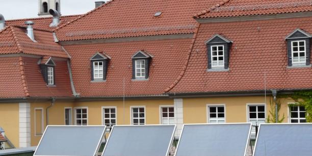 Die aus den Solaranlagen gewonnene Energie wird zur Wassererwärmung im Tagungshaus genutzt.
