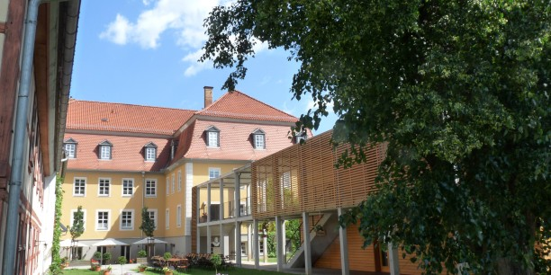 Blick auf das Zinzendorfhaus aus dem Garten. Foto: © EAT