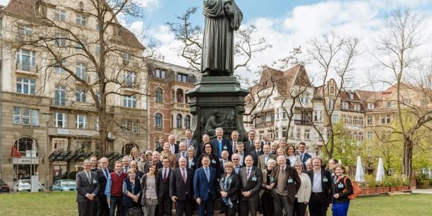 Gruppenbild mit Luther: Vom 28. bis 30. April 2017 trafen sich mehr als 60 evangelische Führungskräfte zur Jahrestagung des AEU in Eisenach. Foto: © Henry Sowinski