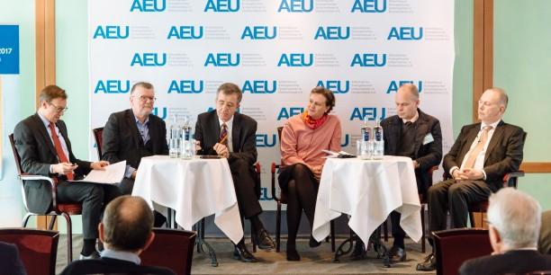 Führungskräfte und Theologen diskutierten auf dem Podium über die Neuentdeckung und Zukunft des Berufs. Foto: © Henry Sowinski