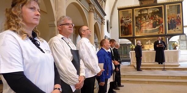 Acht Handwerker in ihrer Berufskleidung haben den Handwerker-Gottesdienst mitgestaltet.