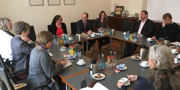 """Der KDA-Bundesausschuss """"Erwerbslosigkeit, Sozial- und Arbeitsmarktpolitik"""" traf sich in Berlin mit Vertretern des Zentralverbands des Deutschen Handwerks zum Gespräch. Foto: © Holger Lemme"""