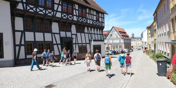 Historisch-politische Bildung am historischen Ort: Jugendliche erkunden in einem Workshop Eisenach und seine Geschichte. Foto: ©Désirée Reuther/EAT