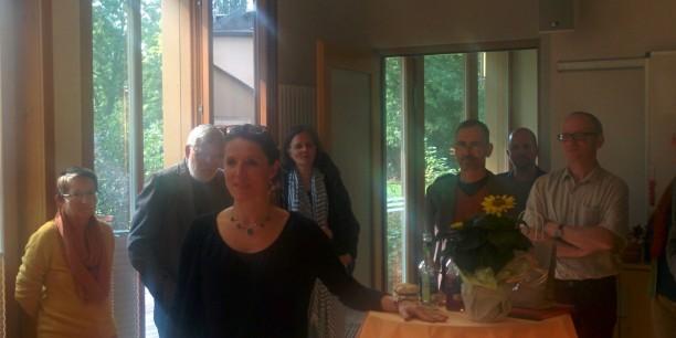 Studienleiterin Annegret Grimm verabschiedet sich von den Mitarbeitern des Evangelischen Zentrums in Neudietendorf. Foto: (c) Sebastian Tischer