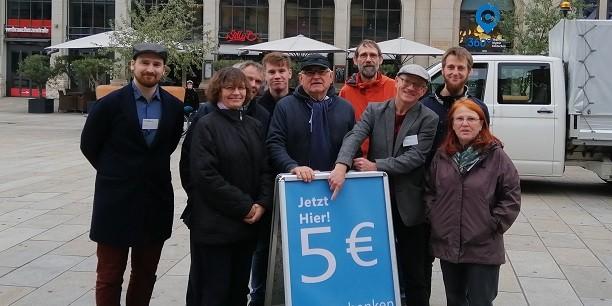 Bei einem Experiment auf dem Erfurter Bahnhofsvorplatz testet ein Teil der Tagungsgäste die Reaktion von Passanten auf ein bedingungsloses Geldgeschenk. Foto: (c) René Thumser.