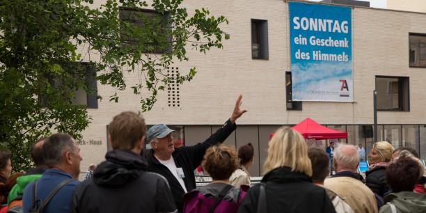 Am vergangenen Wochenende wurde auf dem Wittenberger Schlossplatz ein Banner entrollt, um die Bedeutung des Sonntags ins Bewusstsein zu rücken. Foto: © Thomas Gawron