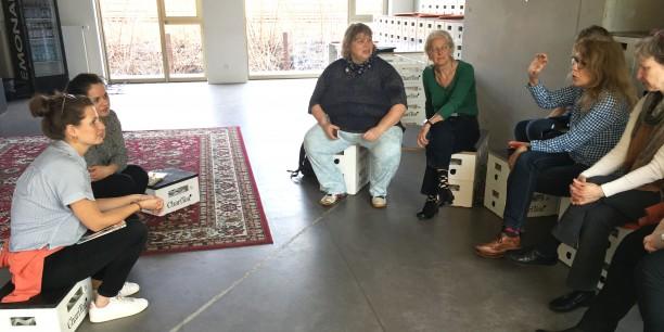 Wie geht Coworking? Vertreterinnen des Kirchlichen Diensts in der Arbeitswelt im Gespräch mit Julia Oertel und Teelke Meyer vom Betahaus Hamburg. Foto: Holger Lemme/EAT