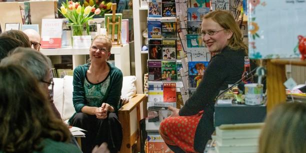 Die Buchhändlerin Christiane Mock (re) und die Organisatorin Sabine Zubarik (li) freuen sich über den regen Zulauf. Foto: © JM.Mendizza