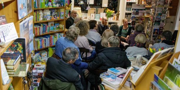 Dicht beieinander sitzen die Besucherinnen und Besucher des Literarischen Salons. Foto: © JM.Mendizza