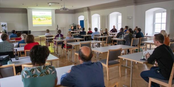 Der Chorsaal des Zinzendorfhauses bot genug Raum für die Sitzordnung mit gebotenem Abstand. Foto: © JM Mendizza