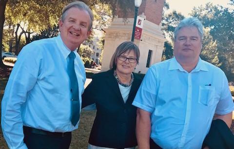 John Wilson, Dr. Rasma Lazda und Prof. Dr. Michael Haspel (v.l.n.r.) vor dem Denny-Chimes-Turm auf dem Campus der University of Alabama. © John Wilson
