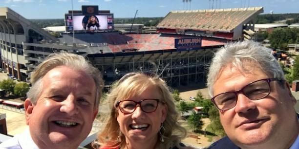 Prof. Dr. Michael Haspel vor dem Football-Stadion in Auburn in Alabama. Foto: ©John Wilson