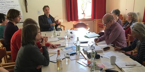 """Der KDA-Bundesausschuss """"Erwerbslosigkeit, Sozial- und Arbeitsmarktpolitik"""" im Gespräch mit Prof. Dr. Markus Promberger vom Institut für Arbeitsmarkt- und Berufsforschung in Nürnberg. Foto: © Holger Lemme/EAT."""