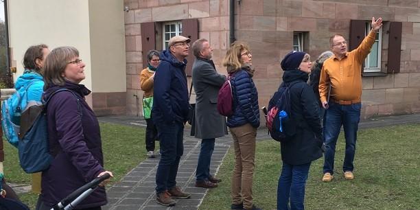 Beim Besuch der Gartenstadt im Eisenbahnerviertel Nürnbergs erfahren die Ausschussmitglieder Interessantes zum genossenschaftlichen Wohnungsbau im 20. Jahrhundert. Foto: © Holger Lemme/EAT.