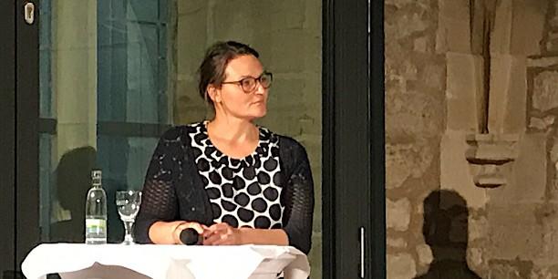Doreen Blau vom Regionalverbund Thüringer Wald betont die Notwendigkeit von Kommunikation und Bildung, damit die Schönheit des Waldes wahr- und sein Schutz ernstgenommen wird. Foto: (c) Claudia Wohlbür/EAT.