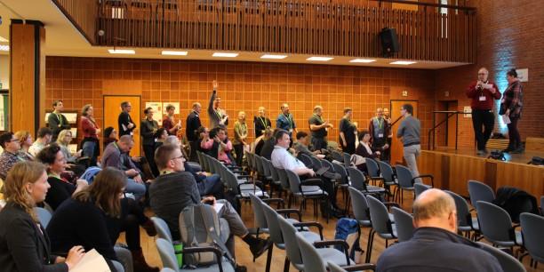 In einer langen Schlange standen all diejenigen an, die eine Session anzubieten hatten. Foto: © EAT