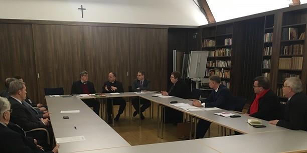 Bischof Dr. Ulrich Neymeyr und Landesbischof Friedrich Kramer im Gespräch mit Vertretern des Thüringer Handwerkstags und der Handwerkskammern im Augustinerkloster zu Erfurt. Foto: © Holger Lemme/EAT.