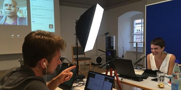 Die öffentlichen Vorträge und Podiumsdiskussionen wurden vom Chorsaal des Zinzendorfauses aus gesteuert und moderiert: Jorim Gerrard (l.) und Luca Kokol (r.) live auf Sendung. Foto: (c) Holger Lemme/EAT.