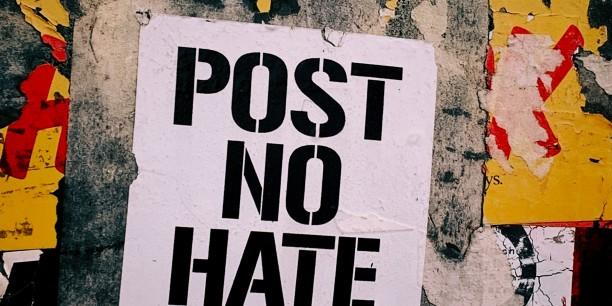 """Hass-Kommentare gehören zum digitalen Alltag. Im Online-Workshop """"Troll dich!"""" diskutierten Teilnehmende Strategien, um dies zu ändern. Foto: Jon Tyson (Unsplash)"""