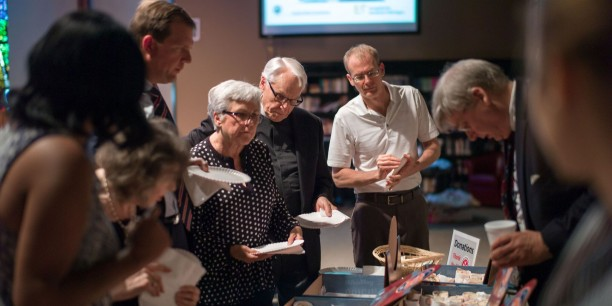 Nach dem Vortrag und dem Gottesdienst war beim gemeinsamen Kaffetrinken Zeit für Begegnung und Gespräche. Foto: ©Hanns Christian Hanebeck