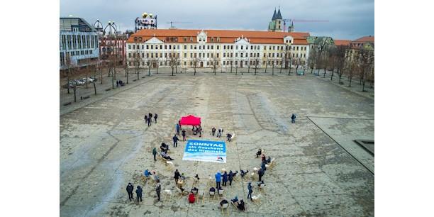 Rund 50 Menschen folgten der Einladung der Allianz für den freien Sonntag Sachsen-Anhalt und nahmen nach dem Gottesdienst gegenüber des Landtags auf Liegestühlen Platz. Foto: (c) Steffen Lehmann/Magdeburger Platte.