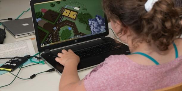 Block für Block werden Schulgebäude am Computer realisiert. Foto: (c) Mirjam Petermann