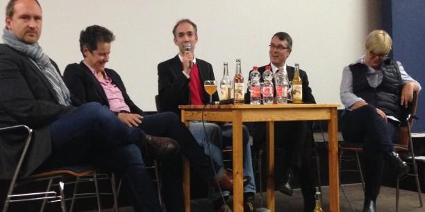 Holger Lemme, Kirchlicher Dienst in der Arbeitswelt der EKM, moderiert das Podium bei der Abendveranstaltung am 24. Oktober 2016 in Magdeburg. Foto: (c) Katharina Otto