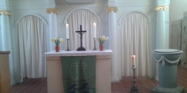 Der Altar der Dorfkirche Denstedt ist bereit für den Ostergottesdienst. Foto: © Kranich/EAT