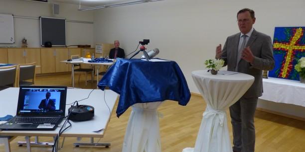 Ministerpräsident Bodo Ramelow hielt seinen Input im Zinzendorfhaus. Die Teilnehmenden hörten ihm im gesamten EKM-Gebiet an den Bildschirmen zu und stellten anschließend per Chat Fragen. Foto: © Annett Chemnitz / PTI