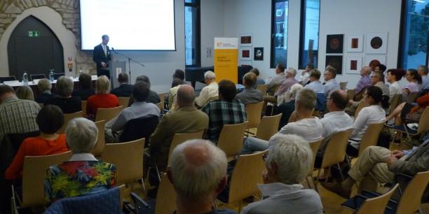 Studienleiter Holger Lemme eröffnete die Veranstaltung und stellte die Podiumsgäste vor. Foto: © Désirée Frahnow