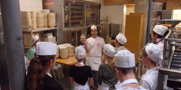 13 Konfirmandinnen und Konfirmanden haben beim Torgauer Bäcker Frieder Francke Brote zugunsten von Ausbildungsprojekten von Brot für die Welt in Ghana, El Salvador und Albanien gebacken. Foto: (c) Holger Lemme