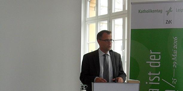 Rechtsanwalt Dr. Friedrich Kühn berichtet vom juristischen Tauziehen um die Sonntagsruhe.