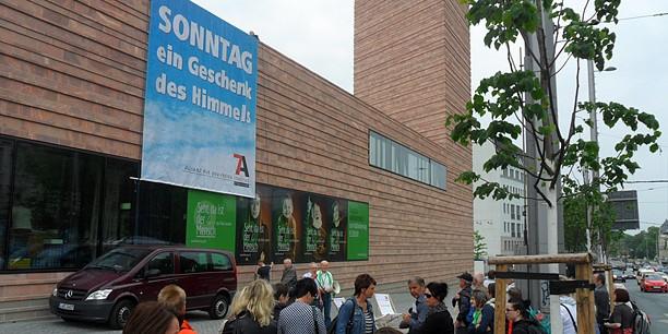 Flashmob beim Katholikentag: An der Fassade der Leipziger Propsteikirche wird ein Banner entrollt.