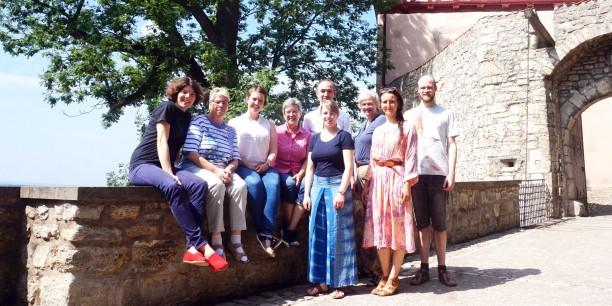 Das Team der Evangelischen Akademie Thüringen vor der Burg Bodenstein. Foto: ©Désirée Reuther/ EAT