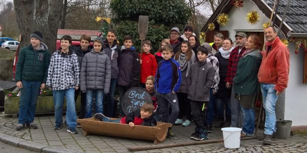 Am 26. November 2016 haben 18 Konfis aus Mupperg und Neuhaus-Schierschnitz 160 Brote gebacken. Rund 680 Euro kamen am 1. Advent für Brot für die Welt zusammen. Foto: (c) Christian Weigel.
