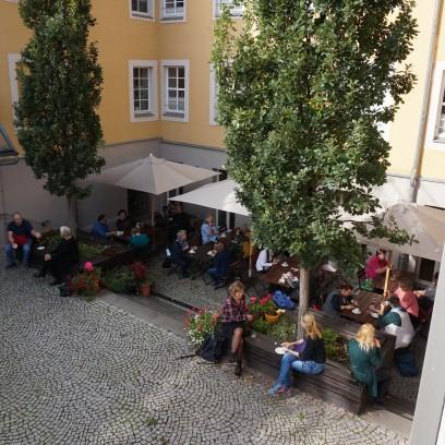 """Pausengespräche bei der Schreibwerkstatt """"Sandmännchen und Westpakete"""". Foto: © EAT"""