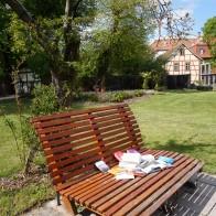 Der Garten des Zinzendorfhauses lädt zum Lesen ein. Foto: © Zubarik/EAT