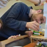 Im Androiden-Workshop konstruierten und programmierten Teilnehmende selbst kleine Roboter. Foto © Mirko Pohl (TLM)
